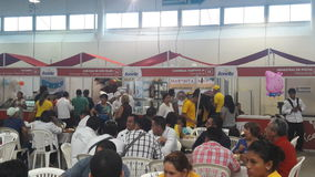 En fullsatt matfestival med tre ställningar Royaltyfria Foton
