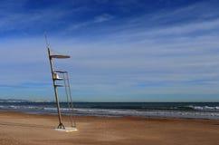 En futuristisk livräddarestol på den tomma stranden i Valencia, Spanien I bakgrunden det varma vattnet av medelhavet royaltyfria foton