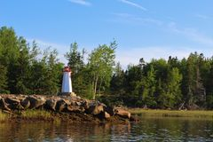 En fyr för liten modell på kusten av den Wallace floden i Nova Scotia på en sommarafton Royaltyfri Fotografi