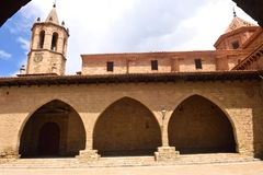 En fyrkant av Cristo Rey, Cantavieja, Maestrazgo, Teruel landskap, Ar arkivbilder