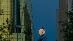 En fyrkant framme av Ak Orda med timelapse för Altyn Orda affärsmitt med fullmånen lager videofilmer