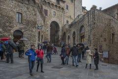 En fyrkant i det San Gimignano centret, Italien royaltyfria foton