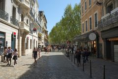 En fyrkant i mitten av Narbonne, Languedoc Roussillon, Frankrike royaltyfria bilder