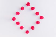 En fyrkant och en romb av rosa och röda godisar och gelé på whit Royaltyfri Bild