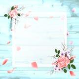 En fyrkantig ram, ett ställe för text med blommor av en rosa färgros, ett kronblad på en träbakgrund Arkivbild