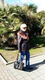 En gå i bänken för träd för folk för spår för parkerabuskegräs Royaltyfria Bilder