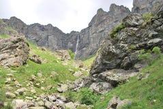 En gå i bergen i sommar Arkivfoto