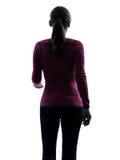 Beskådar den gå ståendebaksidaen för kvinnan silhouetten Royaltyfri Foto