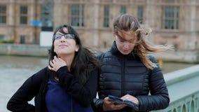En gå till och med London på en blåsig dag - två flickor på en sighttur - ultrarapid stock video