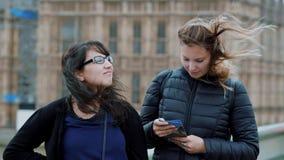 En gå till och med London på en blåsig dag - två flickor på en sighttur - ultrarapid arkivfilmer