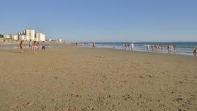 En gå vid stranden Arkivbild