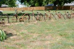 En gård i Texas With ett staket Made av gamla Rusty Bicycles royaltyfri foto