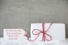 En gåva, cementbakgrund, Frohes Neues Jahr betyder nytt år Arkivfoton