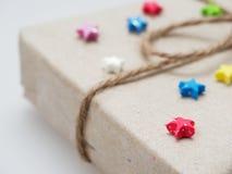 En gåva- eller gåvaask som sloggs in av busebrunt återanvände papper och som band med det bruna hamparepet som band med den mång- Royaltyfria Bilder