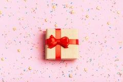 En gåva i en ask på en rosa bakgrund Fotografering för Bildbyråer
