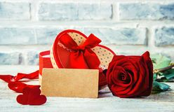 En gåva och blommor Arkivfoto