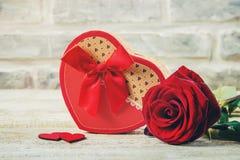 En gåva och blommor Royaltyfri Bild