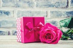 En gåva och blommor Royaltyfria Foton