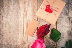 En gåva och blommor Fotografering för Bildbyråer