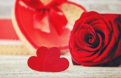 En gåva och blommor Royaltyfri Fotografi