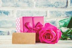 En gåva och blommor Arkivfoton