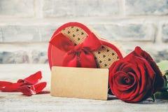 En gåva och blommor Arkivbild