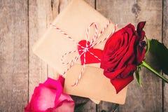 En gåva och blommor Arkivbilder