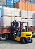 En gaffeltruck är laddad last Arkivfoto