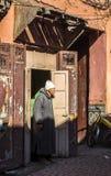 En gamal man i den Souk marknaden av Marrakech, Marocko Royaltyfri Bild