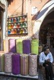 En gamal man i den Souk marknaden av Marrakech, Marocko Arkivfoton
