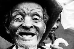 En gamal man med inga tänder med ett härligt leende arkivbild