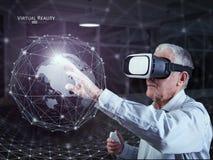 En gamal man som använder en virtuell verklighethörlurar med mikrofon Royaltyfri Fotografi