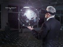 En gamal man som använder en virtuell verklighethörlurar med mikrofon Royaltyfri Bild