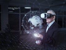 En gamal man som använder en virtuell verklighethörlurar med mikrofon Royaltyfria Foton
