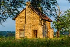 En gamla Abandonded Texas Farmhouse med olika vildblommor Royaltyfria Foton