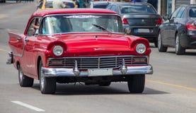 En gamla Ford Fairlane i Kuba fotografering för bildbyråer