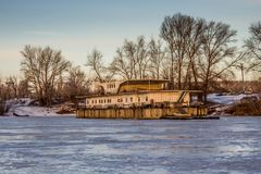 En gammal övergiven brygga på den djupfrysta sjön royaltyfri bild