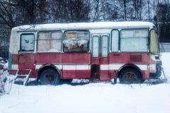 En gammal övergiven buss Arkivfoto