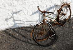 En gammal övergiven cykel Royaltyfria Foton