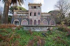 En gammal övergiven herrgård Arkivfoto