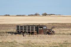 En gammal övergiven lantgårdlastbil i ett North Dakota fält royaltyfri foto