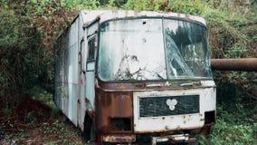 En gammal övergiven lastbil utan en billykta och en bruten vindruta i en djup skog stock video