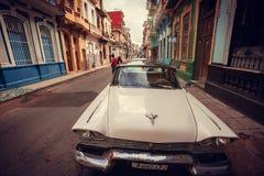 En gammal amerikansk bil på gatan Arkivbild
