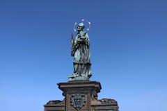 En gammal barock staty av St John Of Nepomuk Nepomucene på Fotografering för Bildbyråer