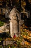 En gammal begravning på en kyrkogård Royaltyfri Fotografi