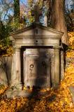 En gammal begravning på en kyrkogård Royaltyfria Bilder
