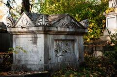 En gammal begravning på en kyrkogård Arkivfoton
