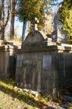 En gammal begravning på en kyrkogård Royaltyfri Foto