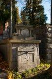 En gammal begravning på en kyrkogård Royaltyfri Bild
