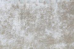 En gammal betongvägg som målas i vit, med skadad målarfärg din bakgrundsdesign Arkivbilder